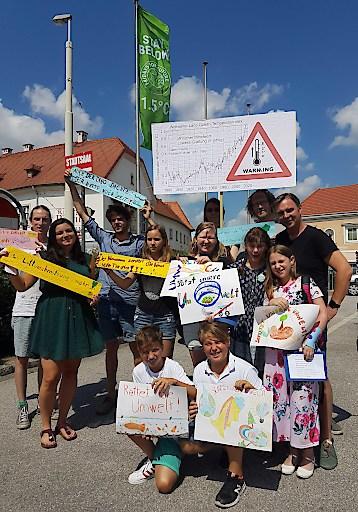 """Traiskirchen ruft als 1. österreichische Stadt den """"Climate Emergency"""" – den Klimanotstand aus. Bgm. Andreas Babler mit den AktivistInnen der Friday for Future-Bewegung und SchülerInnen aus Traiskirchen"""