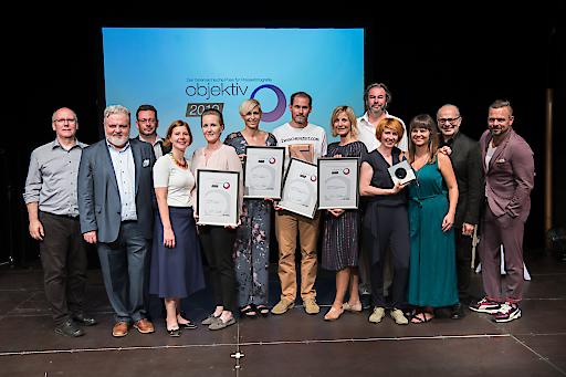 https://www.apa-fotoservice.at/galerie/17531 Gewinnerinnen und Gewinner sowie Initiatoren des Objektiv 2019 im Wiener Metropol (v.l.n.r.): Ulrich Schnarr (Landesinnung der Berufsfotografen), Johannes Bruckenberger (APA), Michael Lang (APA, Moderation), Luzia Strohmayer-Nacif (APA-PictureDesk), Marie-Theres Fischer (in stv. Für Helmut Fohringer/APA), Nina Strasser (freie Fotografin), Heinz Stephan Tesarek (ZWISCHENZEIT ONLINE), Nana Siebert (Der Standard), Leonhard Foeger (Reuters), Lisi Niesner (Reuters), Zuzanna Piekarska (Reuters), Heinz Mitteregger (Bundesinnung der Berufsfotografen), Kai Pfaffenbach (Reuters)