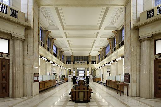 In der prächtigen Halle im Erdgeschoss des Gebäudes wird ein Lebensmittelhändler mit einem exklusiven Gastronomie-Angebot und einem hochwertigen Supermarkt einziehen.