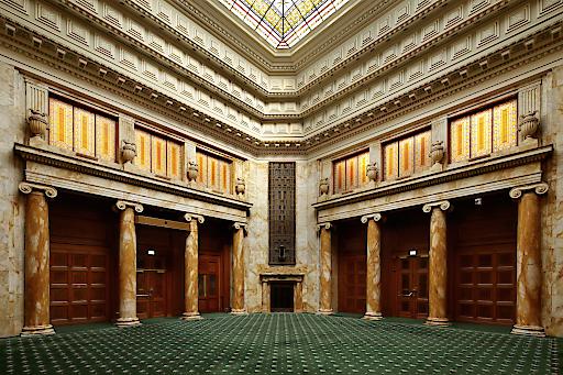 Die Beletage des geschichtsträchtigen Gebäudes beherbergt einige prunkvolle Räume die nicht nur aufgrund des Denkmalschutzes natürlich vollständig erhalten bleiben.