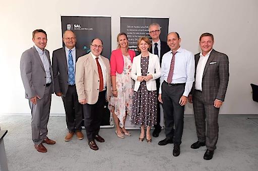 nach der Unterzeichnung des Verschmelzungsvertrags von links nach rechts: Dr. Thomas Lüftner (SAL), Dipl.-Ing. Werner Luschnig (SAL), SL-Stv. Mag. Ingolf Schädler (BMVIT), Dr. Christina Hirschl (CTR), LH-Stv. Dr.in Gaby Schaunig (Land Kärnten), Dr. Klaus Bernhardt (FEEI), Dr. Werner Scherf (CTR), Bürgermeister Günther Albel (Stadt Villach)