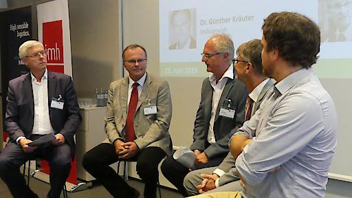 Die Experten diskutieren ihre Meinungen zur Zukunft der Pflege: Welche Veränderungen werden erwartet und wie kann reagiert werden?