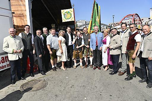Volle Rückendeckung beim NÖ Bauerntag für Bundesparteiobmann Sebastian Kurz (Mitte), mit dem Präsidium und Mitgliedern des Landesvorstands des NÖ Bauernbundes auf der Wieselburger Messe.