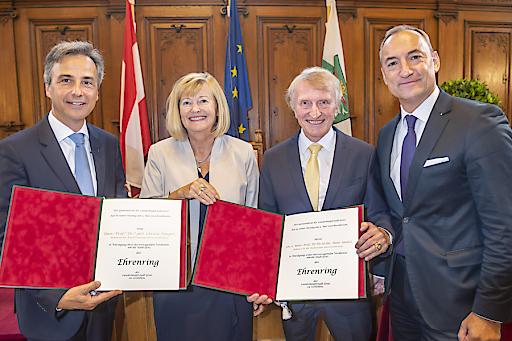 Bürgermeister Siegfried Nagl (l.) und Vizebürgermeister Mario Eustacchio (r.) mit den Neo-EhrenringträgerInnen Christa Neuper und Hans Sünkel.