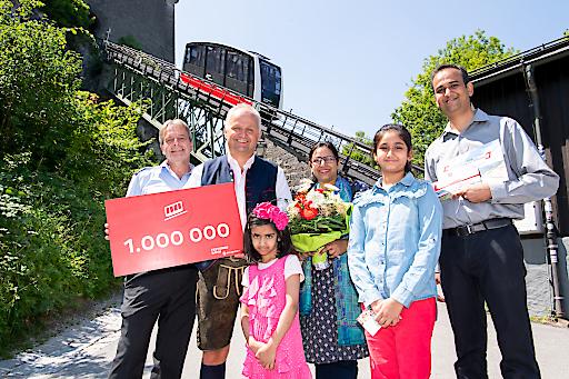 Christian Wörister, Geschäftsführer Salzburg AG Tourismus Management GmbH und Josef Füssl, Betriebsleiter FestungsBahn, freuten sich über die Jubiläumsgäste, Familie Abqari aus Indien