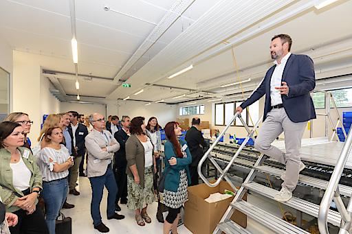 RINGANA-Geschäftsführer Andreas Wilfinger führt durch den Betrieb.