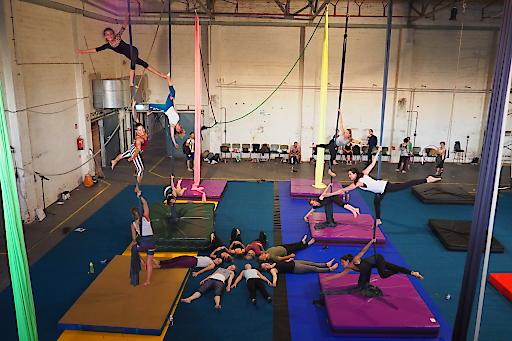 Von Donnerstag, 29. August bis Sonntag, 1. September 2019 findet zum dritten Mal das Aerial Arts Festival Austria (AAFA) im F23 in Wien-Liesing statt. Das Festivalprogramm bietet in zahlreichen Schnupper- und Star-Workshops mit 23 (inter-)nationalen zertifizierten Trainerinnen und Trainern sowohl für Anfänger als auch für Profis jede Menge Akrobatik. Abendevents und Wellness-Kulinarik sorgen für Festivalstimmung.