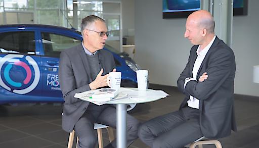 """Carlos Tavares (l.), CEO Groupe PSA, im Gespräch mit Philippe Bihouix, Vorstandsmitglied der Denkfabrik """"Momentum Institut"""""""