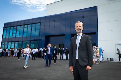 Country Manager Johann Migsich vor dem neuen Service Center