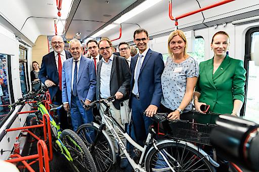 Bundespräsident Alexander Van der Bellen (2.v.li.) überzeugte sich vom großen Platzangebot im neuen ÖBB Cityjet TALENT3, der beim Bus-Bahn-Mobiltag in Dornbirn erstmals präsentiert wurde.