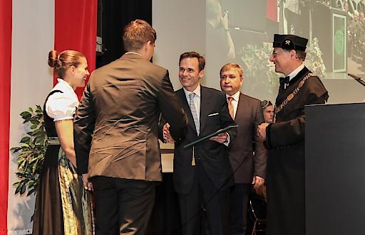 Robert Gulla (CEO LUKOIL Holding GmbH) übergibt die Stipendienurkunde an Christian Wimmer