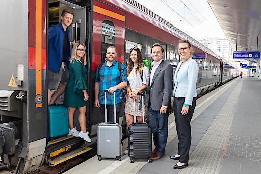Vier Erasmus-Teilnehmer/-innen mit Bildungsministerin Iris Rauskala und OeAD-Geschäftsführer Jakob Calice