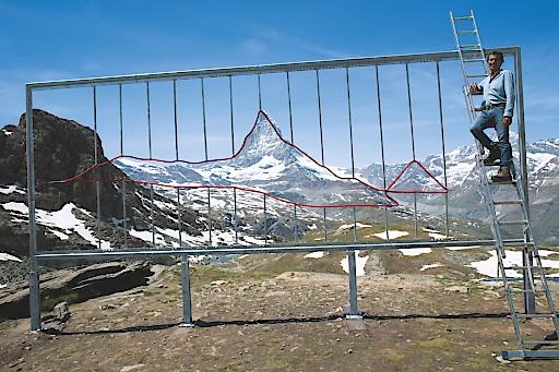 """Branko Šmon beim Aufbau der """"Earth Plastic View""""-Frames am Matterhorn. Weiterer Text über ots und www.presseportal.de/nr/135351 / Die Verwendung dieses Bildes ist für redaktionelle Zwecke honorarfrei. Veröffentlichung bitte unter Quellenangabe: """"obs/Earth Plastic View/Copyright Branko Šmon"""""""