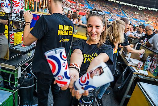 MitarbeiterInnen von GOURMET Event versorgen beim Konzert im Ernst-Happel Stadion die Bon Jovi-Fans mit kühlen Getränken und Snacks.