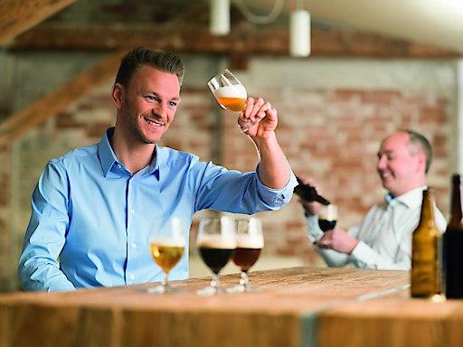 Jeder zweite Mann, aber auch generell die Hälfte der Österreicher, greift beim Bierkonsum eher zu bekannten Biersorten.