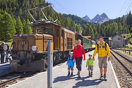 Familie mit Panoramazug in Preda