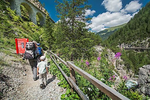 UNESCO Stele am Bahnerlebnisweg Via Albula