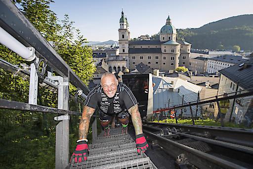 Extremsportler Franz Müllner hat heute am 24. Juli 2019 die Salzburger FestungsBahn, Österreichs älteste Standseilbahn, mit eigenen Kräften nach oben gezogen.