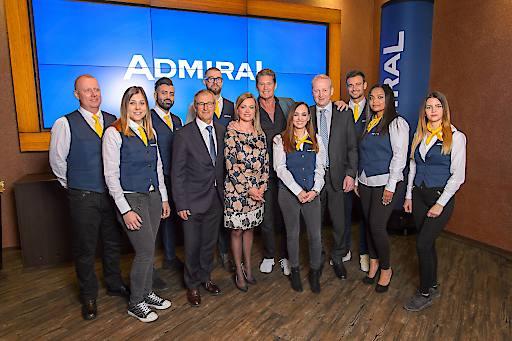 ADMIRAL-Mitarbeiterinnen und Mitarbeiter sowie Paul Kozelsky, ADMIRAL Sportwetten GmbH, Monika Racek und Stefan Stögner, beide ADMIRAL Casinos & Entertainment AG, gemeinsam mit neuem ADMIRAL-Markenbotschafter David Hasselhoff.