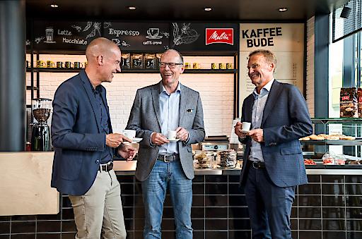 """Auf einen Melitta® Kaffee in der neu errichteten """"Kaffeebude"""" im SIGNAL IDUNA PARK: (v.l.) Carsten Cramer (BVB Geschäftsführer Marketing und Vertrieb), Volker Stühmeier (Mitglied der Unternehmensleitung Melitta Group) und Hans-Joachim Watzke (Vorsitzender der Geschäftsführung des BVB). ©Melitta Group / Weiterer Text über ots und www.presseportal.de/nr/106329 / Die Verwendung dieses Bildes ist für redaktionelle Zwecke honorarfrei. Veröffentlichung bitte unter Quellenangabe: """"obs/Melitta Group Management GmbH & Co. KG"""""""