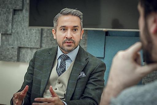 Kazim Yilmaz im Gespräch mit einem Journalisten.