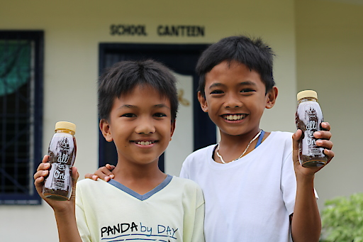 Die Kinder der San Roque Elementary School auf den Philippinen freuen sich über die gespendeten All in One Drinks von Organic+.