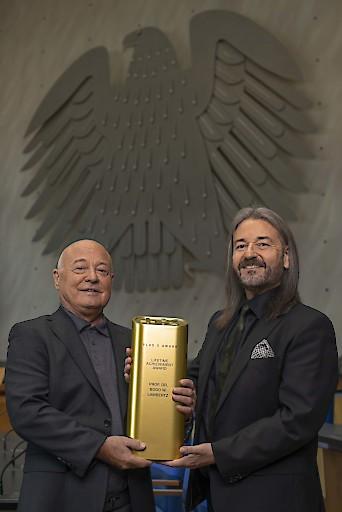 """Professor Dr. Bodo Lambertz wird mit dem internationalen 'Plus X Lifetime Achievement Award' ausgezeichnet. Der Wissenschaftler und Gruender des Schweizer Technologieunternehmens X-Technology Swiss R&D AG gilt als visionaerer Erfinder der Hightech-Funktionsbekleidungsmarken X-Bionic, X-Socks und Apani. Weiter erobert X-Bionic beim internationalen Plus X Award mit klarem Vorsprung das begehrte Guetesiegel 'Beste Marke des Jahres'. (PPR/X-Bionic/Chris Schlangen) / Weiterer Text über ots und www.presseportal.ch/de/nr/100068561 / Die Verwendung dieses Bildes ist für redaktionelle Zwecke honorarfrei. Veröffentlichung bitte unter Quellenangabe: """"obs/X-Technology Swiss R&D AG/CHRIS SCHLANGEN"""""""
