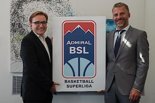 Jürgen Irsigler (Geschäftsführer ADMIRAL Sportwetten) und Tomas Kanovsky (General Manager ÖBV & Geschäftsführer BSL GmbH) präsentieren das neue Logo der ADMIRAL Basketball Superliga.