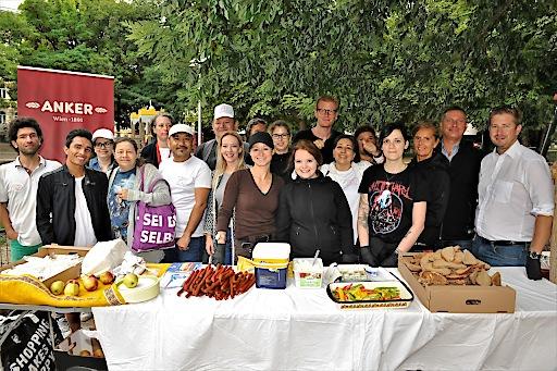 Mitarbeiter der bz-Wiener Bezirkszeitung organisierten ein Frühstücksbuffet für Obdachlose im Esterhazypark.