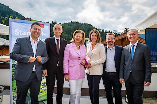 Geben beim Tiroler Technologiebrunch in Alpbach 10 Mio. Euro-Finanzierung für die Alpine Quantum Technologies (AQT) GmbH bekannt und setzen für den Standort konsequent auf Technologietransfer – vlnr. Marcus Hofer (Standortagentur Tirol), Rektor Tilmann Märk (Universität Innsbruck), LRin Patrizia Zoller-Frischauf (Tiroler Landesregierung), Henrietta Egerth (FFG), Thomas Monz (AQT) und Eugen Stark (Industriellenvereinigung Tirol).