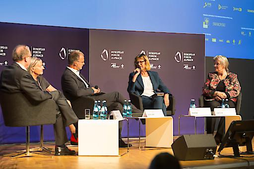 """Bundesministerin Maria Patek nahm im Rahmen des Europäischen Forums Alpbach 2019 am Plenum """"Bioökonomie – unverzichtbar für die Zukunftssicherung der Menschheit"""" teil. Im Mittelpunkt standen innovative Ansätze, um unsere auf fossilen Ressourcen basierende Wirtschaft zu transformieren."""