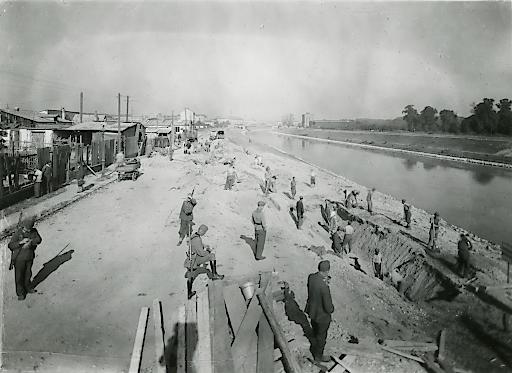 Bildzitat: Erdarbeiten nach Bombenschäden am Hauptsammelkanal bei der Erdberger Lände (1944)