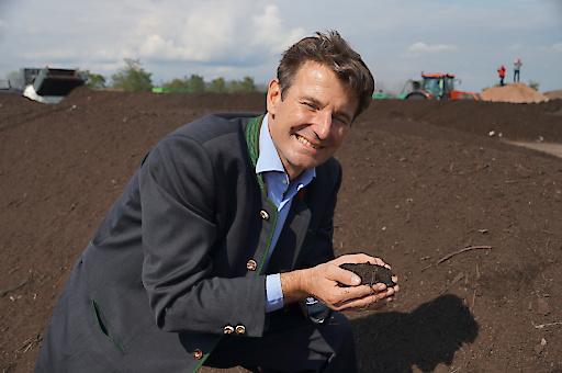 """Hubert Seiringer, Obmann des Kompost und Biogas Verbandes Österreich: """"Die Mischung aus drei Komponenten ergibt einen guten Kompost, Mikroorganismen, Wasser und Sauerstoff. Um den perfekten Kompost zu bekommen, benötigt man viel Fingerspitzengefühl, das man sich erst nach Jahren anzueignen vermag. Daher unsere """"KompOskar-Verleihung"""", mit der wir die wertvolle Arbeit unserer besten Kompostproduzenten honorieren möchten."""""""