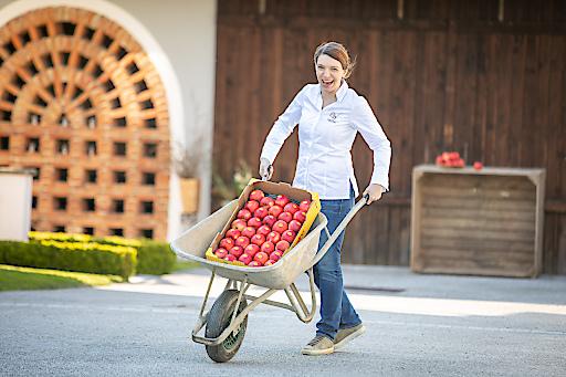 Eveline Wild, Konditoren-Weltmeisterin und vielfach ausgezeichnete Patissière, sucht sich die Zutaten für Ihre köstlichen Süßspeisen genau aus. Die evelina-Äpfel holt sie sich direkt im Vulkanland ab.