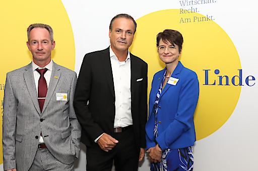 https://www.apa-fotoservice.at/galerie/20071 Im Bild v.l.n.r.: Mag. Klaus Kornherr (Geschäftsführer Linde Verlag), Finanzminister Dipl.-Kfm. Eduard Müller, MBA, Dr. Gerit Kandutsch (Verlagsleitung, Prokuristin)