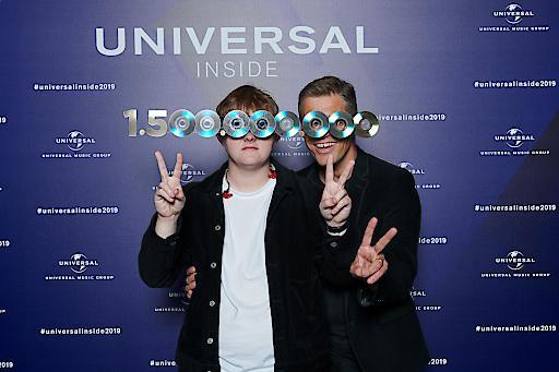 """Lewis Capaldi und Frank Briegmann bei der Universal Inside 2019 in Berlin. Weiterer Text über ots und www.presseportal.de/nr/117118 / Die Verwendung dieses Bildes ist für redaktionelle Zwecke honorarfrei. Veröffentlichung bitte unter Quellenangabe: """"obs/Universal Music Entertainment GmbH/Stefan Höderath"""""""