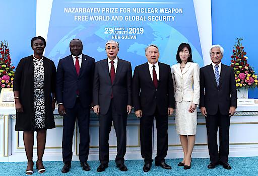Der erste Präsident der Republik Kasachstan (3. v. r), Nursultan Nasarbajew, überreichte die Preise.