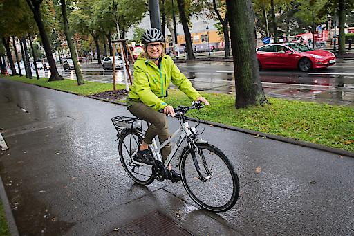 """Nachhaltigkeitsministerin Patek nahm mit einem klimaaktiv eBike an der Elektromobilitätsparade """"Rock den Ring"""" teil."""