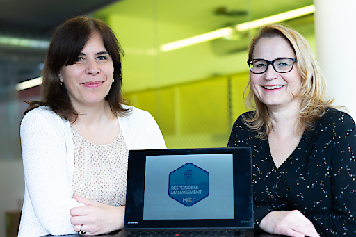 Regina Obexer (links) und Brigitte Huter präsentieren die Digital Badges des MCI. Diese digitalen Zertifikate gibt es beispielsweise für Responsible Management, International Career Skills, Digital Marketing, Data Management uvm.