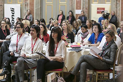 Konzentrierte Aufmerksamkeit bei den Vorträgen beim Journalistinnenkongress
