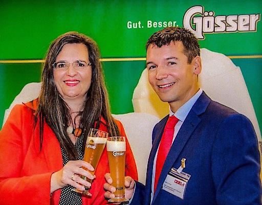 Gabriela Maria Straka, Leitung Kommunikation/PR & CSR der Brau Union Österreich, stieß mit Markus Haas, Wirtschaftsdelegierter der Aussenwirtschaft Austria, mit Österreichs bestem Bier auf die Grüne Brauerei Göss an.