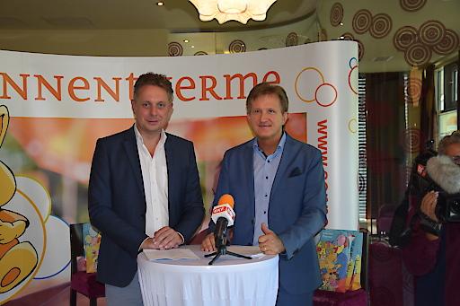 """Im Beisein von Geschäftsführer Mag. Werner Cerutti (Sonnentherme Lutzmannsburg-Frankenau GmbH) und LR MMag. Alexander Petschnig wurde noch einmal Rückblick auf """"25 Jahre Sonnentherme"""" und einer einmaligen touristischen Erfolgsgeschichte, aber auch Ausschau auf die weitere Entwicklung des Resorts gehalten."""