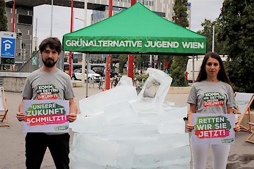 """Philipp Eikenberg, Sprecher der GAJ Wien, und Naomi Sametinger, Bundessprecherin der GAJ: """"Unsere Zukunft schmilzt!"""""""