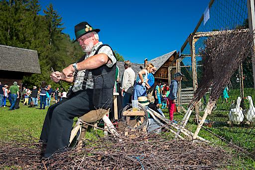 Stübing - Beim Erlebnistag mit seinen verschiedenen Handwerksvorführungen wie dem Besenbinden erfahren sie mehr über das Leben von einst