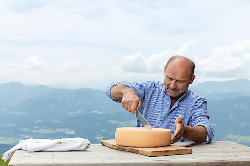 Almsenner Franz Glabischnig beim Käseanschnitt
