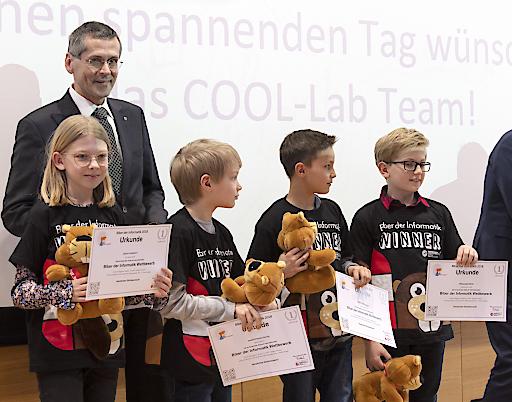 """OCG-Präsident Wilfried Seyruck mit Preisträgerinnen und Preisträgern des Online-Wettbewerbs """"Biber der Informatik"""". Mit mehr als 32.000 TeilnehmerInnen unterstreicht der online-Wettbewerb """"Biber der Informatik"""", dass die Begeisterung der SchülerInnen für das Programmieren groß ist."""