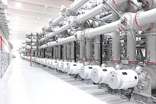 ABB hat mit dem österreichischen Übertragungsnetzbetreiber Austrian Power Grid (APG) einen Rahmenvertrag mit einer Laufzeit von fünf Jahren über die Lieferung von gasisolierten Schaltanlagen (GIS) mit einem potenziellen Wert von mehr als 100 Mio. USD für den bislang größten Ausbau des Stromnetzes in Österreich abgeschlossen. ABB liefert GIS für den Bau eines Übertragungsnetzes, das zur Stärkung der Infrastruktur beiträgt, um den aus erneuerbaren Quellen erzeugten Strom schrittweise zu integrieren.