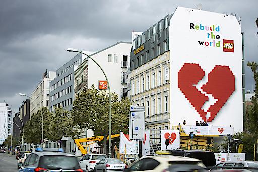 """Launch der LEGO Kampagne Rebuild the World am 17. September 2019; Enthüllung der interaktiven 3D-Installation an der Berliner East Side Gallery, Mühlenstraße 6, 10243 Berlin; Besucher können sich per Hebebühne ins Zentrum der 15x10 Meter großen Installation fahren lassen; dort haben sie die Möglichkeit, ein gebrochenes Herz mit LEGO Steinen zusammenzufügen; ausschließlich zur redaktionellen Nutzung Weiterer Text über ots und www.presseportal.de/nr/65052 / Die Verwendung dieses Bildes ist für redaktionelle Zwecke honorarfrei. Veröffentlichung bitte unter Quellenangabe: """"obs/LEGO GmbH/Dirk Mathesius"""""""