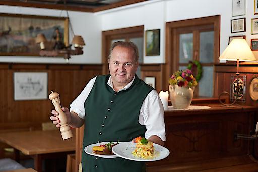 Helge Pachner, Wirt vom Gasthaus König präsentiert seine zwei Spezialitäten des Hauses: gegrilltes Reh und König Gemüse Lasagne