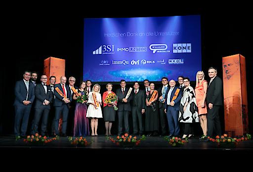 v.l.n.r.: Michael Schmidt (3Si Immogroup), Georg Flödl (ÖVI), Roland Schmid (IMMOunited), Alexander Bosak (immQu), Franz Pöltl (EHL Investment Consulting), Gerald Gollenz (Fachverband der Immobilien- und Vermögenstreuhänder der WKO), Ulrike Höreth (Brezina Real), Matthias Gass (FIABCI), Ursula Simacek (Simacek Facililty Management), Brigitte Jank (ehem. Präsidentin der WKW), Otto Bammer (Ehem. Vorstand am Institut für Immobilienwirtschaft bei den FHWien-Studiengängen der WKW), Anton Holzapfel (ÖVI), Christoph Stadlhuber (Signa Holding), Susanne Weinberger (Weinberger Biletti Immobilien Graz), Dietmar Reindl (Immofinanz), Wolfdieter Jarisch (S+B Gruppe), Frank Brün (RICS), Karin Schmidt-Mitscher (Salon Real), Judith Kössner (Willhaben) und Christian Wukovits (KONE).